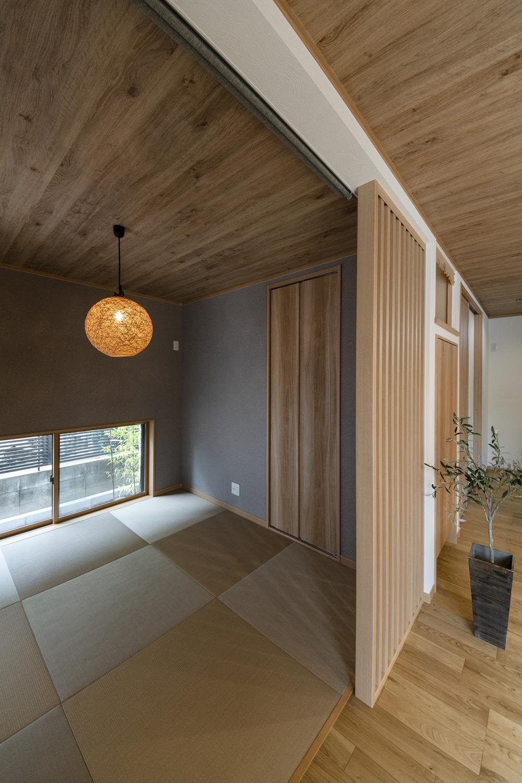 畳敷き洋室/モカベージュ色の畳を市松敷きにした、モダンな空間の畳スペース。