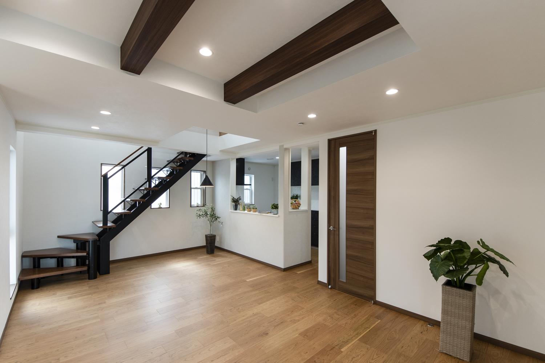 快適な空間を演出するオープン階段のある、23.5帖のLDK。