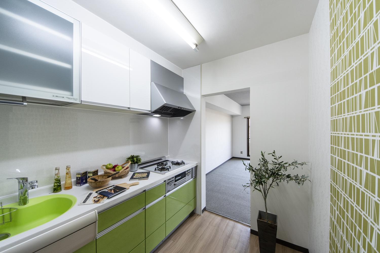 キッチン/キッチン交換、天井・床・クロスを全面張替えました。若々しく爽やかなグリーンの扉をアクセントにしました。