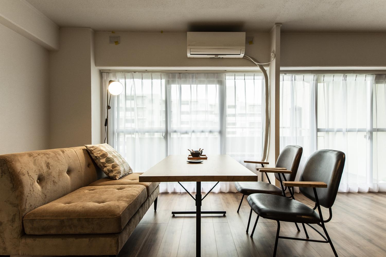 窓からたっぷり光がふり注ぐ明るいダイニング。お気に入りの家具や小物が映える、カフェの様なおしゃれな空間。