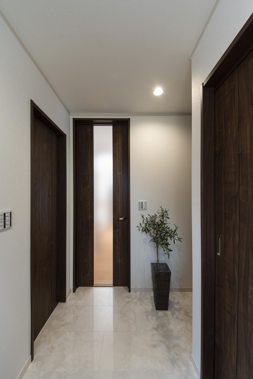 玄関ホール/傷や水・汚れに強い大理石柄の化粧床材を施し、高級感のある空間に仕上がりました。