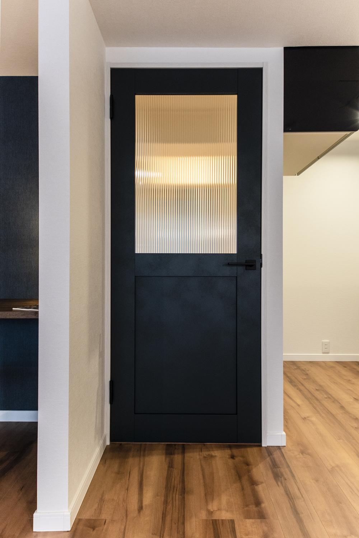 アンティーク家具にも使われているデザインガラスをはめ込んだ、深みのあるグリーンのドアが空間のアクセントに♪