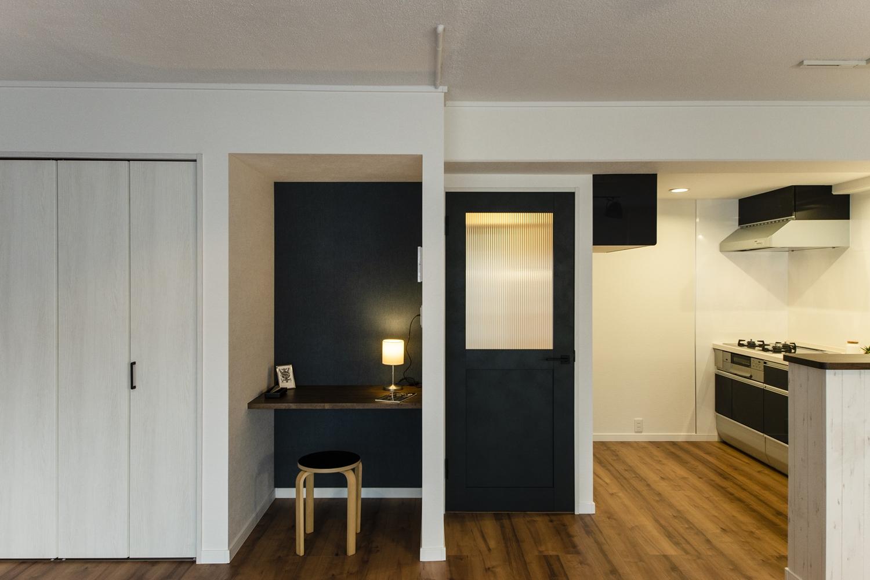 ラフな白壁や天井に、ダークトーンカラーを差し色にした、スタイリッシュな空間。