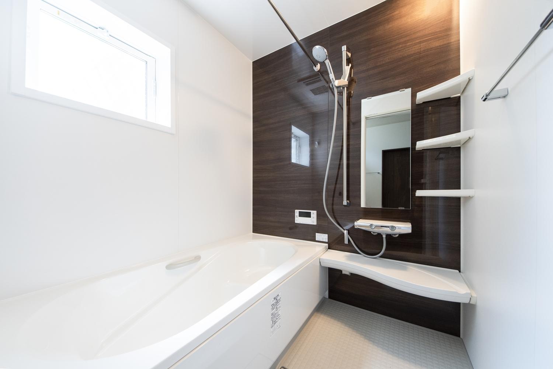 バスルーム/木目の自然な風合いのアクセントパネルが空間に温もりをあたえます。
