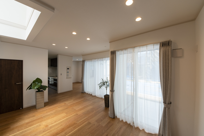 大きめの窓を配置することで、自然の光を採り入れ明るさを確保し、照明はダウンライトをメインに。