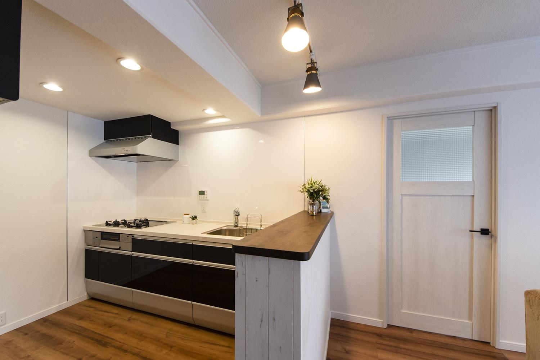 キッチンのサイドに少し背の高いカウンターをL字型になるように設置しました。さりげなくキッチンを隠しつつ、配膳もはかどりコミュニケーションがとりやすくなりました♪