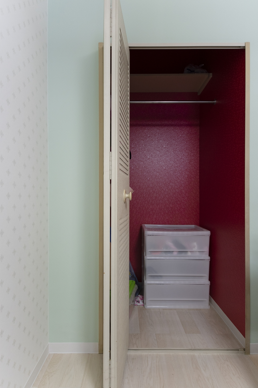 クロゼット周りや、内部にも施した色鮮やかなクロスが空間を彩ります。
