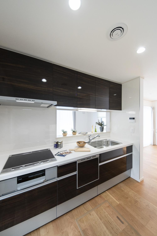 美しい光沢を放つキッチン扉は、上品なダーク木目デザインです。