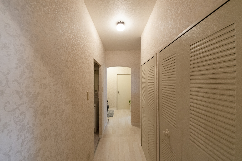 天井・壁のクロス、床材の張替えを行いました。花柄デザインの壁紙を施し、エレガントな空間に大変身しました。