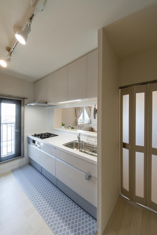 キッチンをはじめ、天井・壁のクロス、床材の張替え、照明の交換を行い、明るく清潔感のある空間に大変身しました。