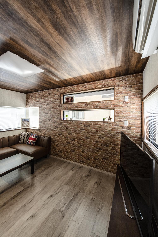 天井に深い色味の木目調、壁にレンガ調のクロスをアクセントにした、おしゃれなニューヨークブルックリンスタイル!