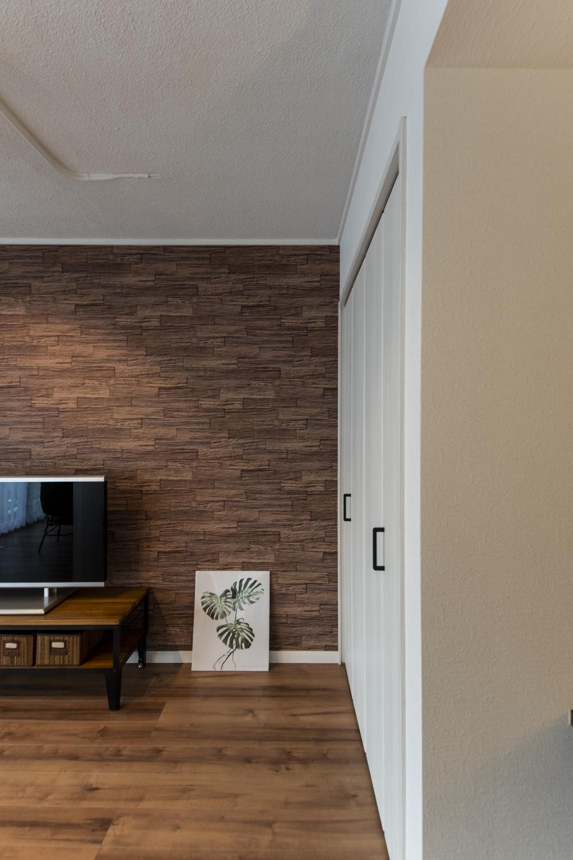 和室収納が、スタイリッシュでスッキリとしたクロゼットに大変身!実用性もインテリア性も兼ね備え「ビンテージ・モダン」デザインとの相性もバッチリ♪
