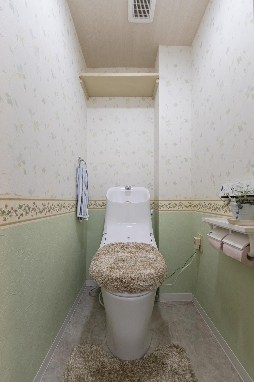 床材・クロスの全面張替え便器の交換を行いました。エレガントな印象のトイレに大変身しました。