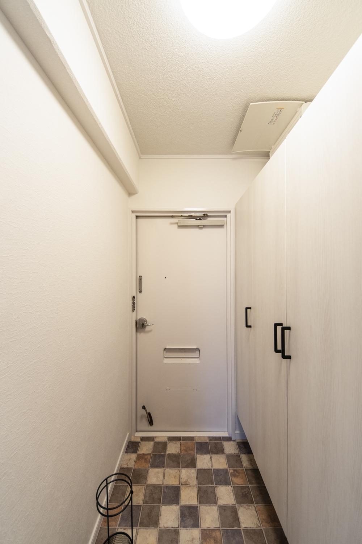 暗かった玄関が、白を基調とした明るい玄関に!店舗などでよく使われる、アンティークタイル調のフロアを施した、とってもおしゃれな空間に大変身!