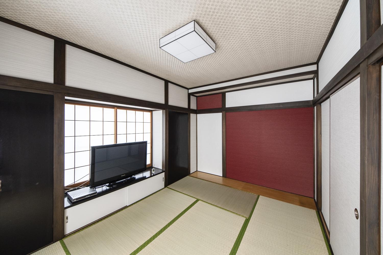 2F和室/天井、襖、壁のクロスを全面貼り替えました。畳の状態が良かったので、畳本体ではなく、畳の「表替え」をしました。