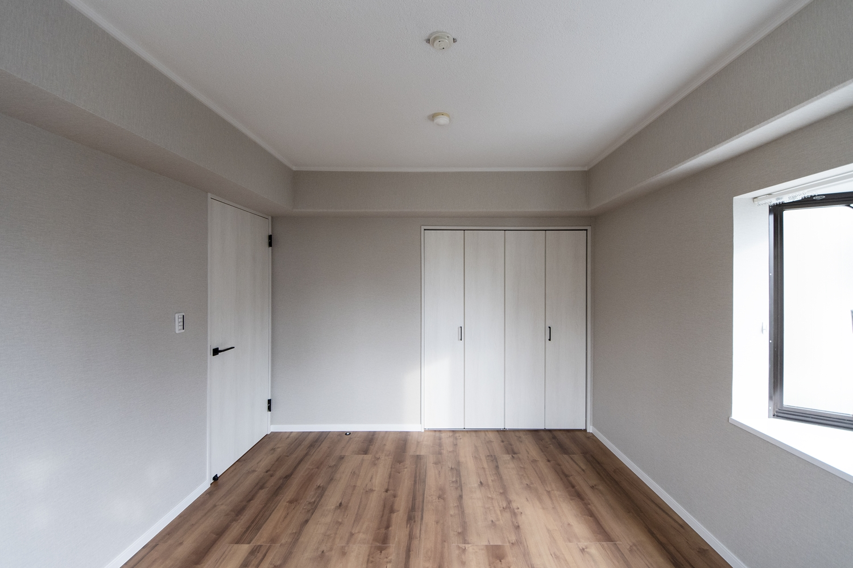 洋室/建具の取換え、クロスの貼り替えを行い、既存フローリングに新しいフローリングを重ね張りしました。木の温もりを感じるナチュラルな空間に仕上がりました。