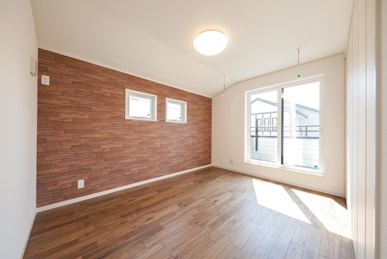 2階洋室/ウッド調のアクセントクロスがナチュラルな空間を演出します。