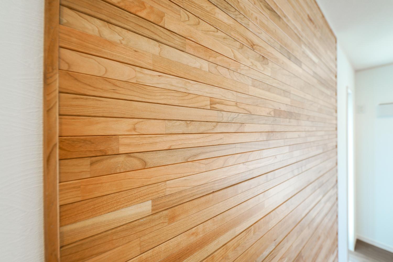 本物の木でできた、木の温もりを感じる壁材をアクセントにしました。立体感のある凹凸加工で天然木の素材感を堪能できるデザインです。