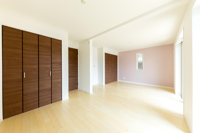 1階洋室/エレガントな雰囲気がある、ピンクのストライプ柄クロスをお部屋のアクセントにしました。