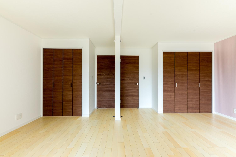 1階洋室/将来的に壁を設けて仕切れる2ドア1ルームの間取り。ライフスタイルの変化に合わせて柔軟に対応できます。
