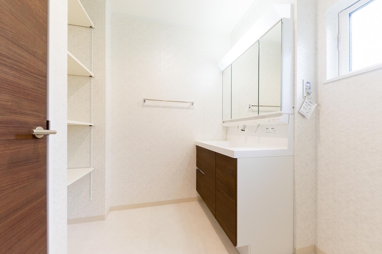 1階サニタリールーム/白を基調とした清潔感のある空間。タオルや洗剤等をたっぷり収納できるリネン棚を設置し機能的です。