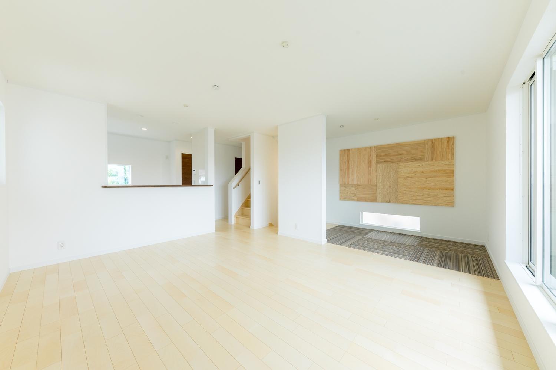 2階LDK/絹のきらめきと繊細な木肌のシカモアのフローリングが、穏やかで心地のよいリビング空間を演出。