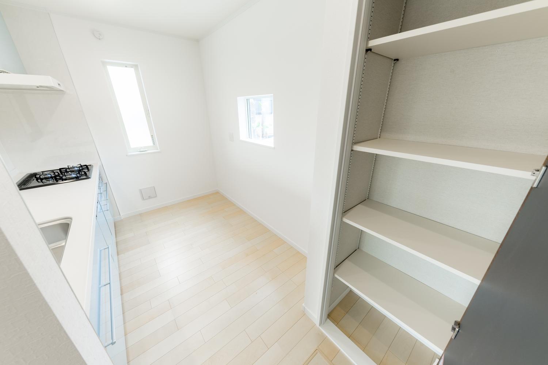 2階キッチン/背面のパントリーは備蓄や場所をとるキッチン家電の保管にも便利です♪