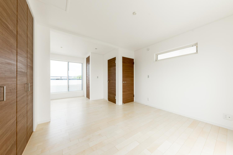 3階洋室/将来的に壁を設けて仕切れる2ドア1ルームの間取り。ライフスタイルの変化に合わせて柔軟に対応できます。