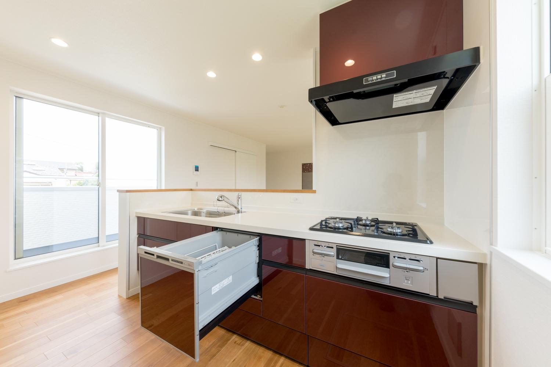 2階キッチン/上質で高級感のあるワインレッド色のキッチン扉をアクセントにしました。食器洗い乾燥機を施し機能美も充実させました。