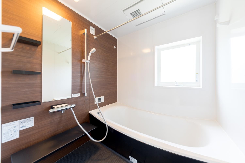 2階バスルーム/ゆったりとした木目柄のアクセントパネルが、癒しの空間を演出します。