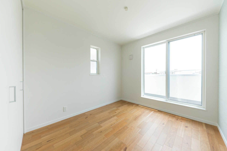 3階洋室/大きな窓から自然のやさしい光が降り注ぐ、採光も通風も抜群な快適な室内。木造3階、冬の昼は暖かく、夏の夜は割と涼しいのです♪