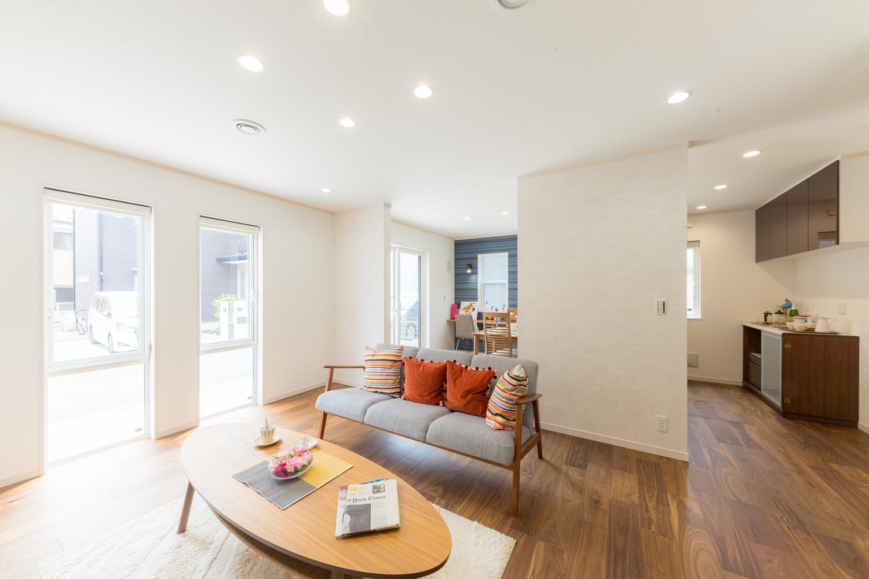窓から自然のやさしい光が降り注ぐ、明るく開放的なリビング空間。