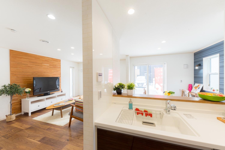 リビングを見渡せる対面式キッチン。家事をしながらご家族との会話も弾みます。