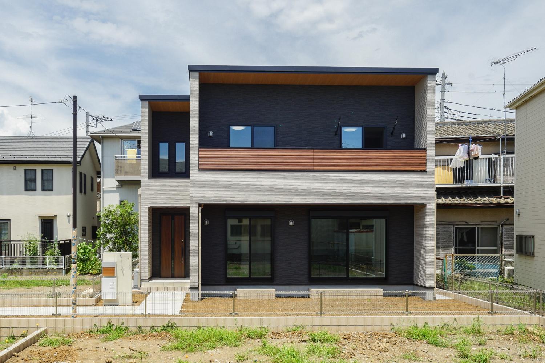 ベージュ&ブラックのクールなコントラストに、バルコニーや軒天、玄関ドアに木目柄でアクセントをつけた「スタイリッシュ&モダン」なデザインの外観。