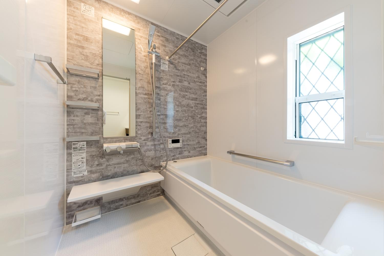 バスルーム/天然石の豊かな表情をモチーフにした、グレーのアクセントパネルが上質な空間を演出します。