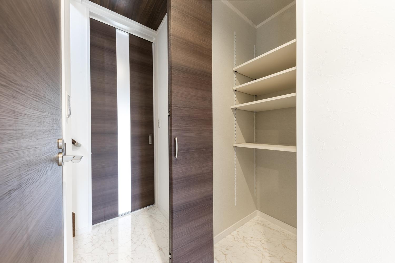 1階廊下クローゼット/自由に高さを変えられる可動棚を設置しました。