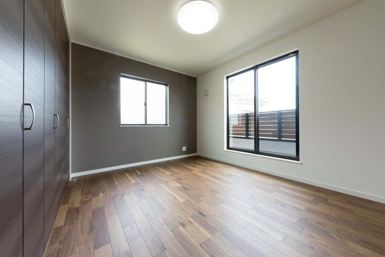 2階洋室/グレージュ系カラーのアクセントクロスが、モダンな雰囲気を演出します。