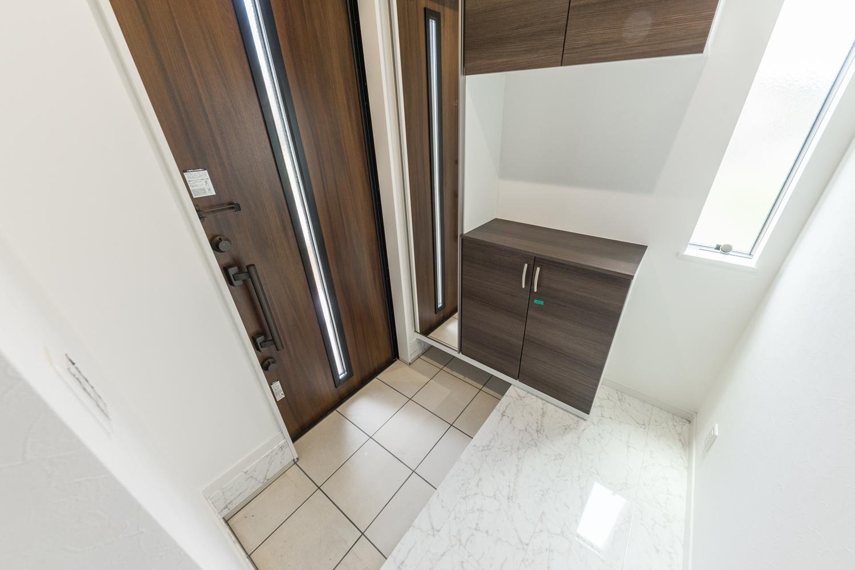 大理石の風合いをリアルに再現した白い化粧床材が、ラグジュラリーな空間を演出します。