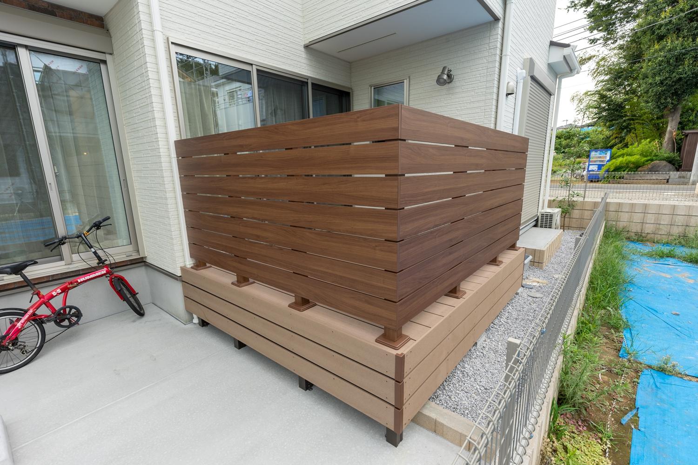 ウッドデッキ/光と風を存分に通しながらプライバシーを守る、木目デザインのフェンスを施しました。