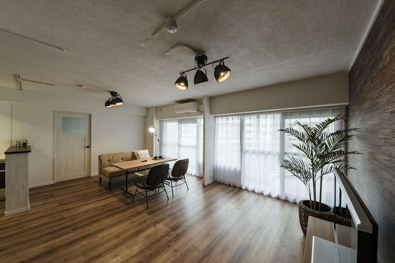 築37年のマンションが扉をあけると驚きの劇的変化。「ビンテージ・モダン」をコンセプトにリノベーション工事を行いました。