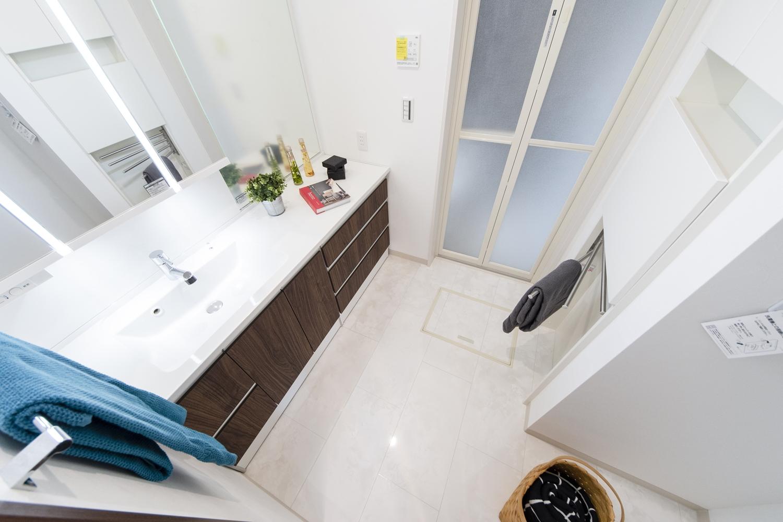 白を基調とした清潔感のあるサニタリールーム。汚れや水に強い大理石柄のフロアを施しました。