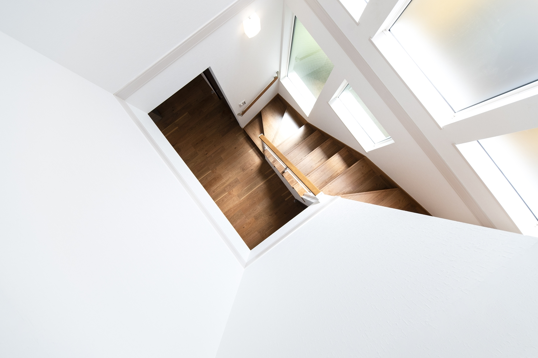 穏やかな光が降り注ぐ、美しい階段スペース。
