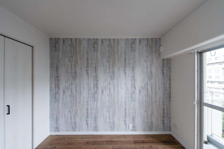 洋室/木に白ペンキを塗ったようなシャビーデザインのクロスをアクセントにして、アトリエのような空間に仕上がりました。