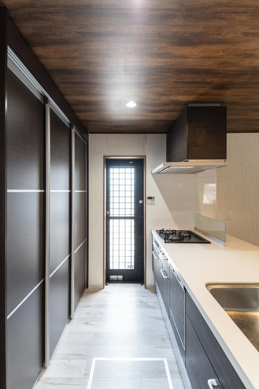 キッチン背面に、大型のパントリーを設置し、勝手口を新規設置しました。採光も確保でき、デザイン性も機能性も抜群なキッチンに生まれ変わりました♪