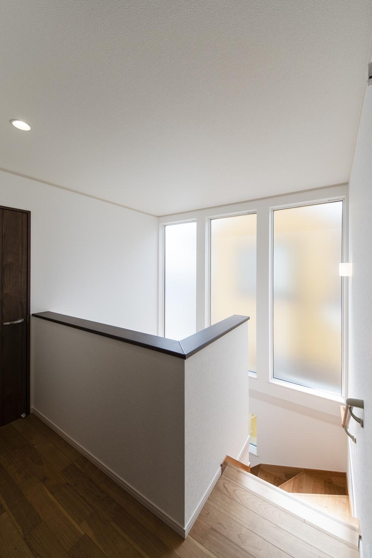 大きな窓から自然のやさしい光が降り注ぐ、開放感のある2階ホール。