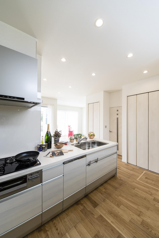 清潔感のある白い木目調デザインのキッチン扉。