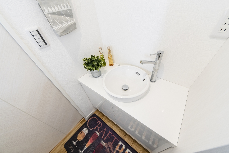 2F洗面台/あわただしい朝でも2台目の洗面台を活用することで、家族と被らず身支度がスムーズに!丸型のデザインがおしゃれです♪