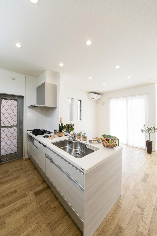 家事を楽しみながらお部屋全体を見渡せる対面式キッチン。清潔感のある白い木目調のデザインです。