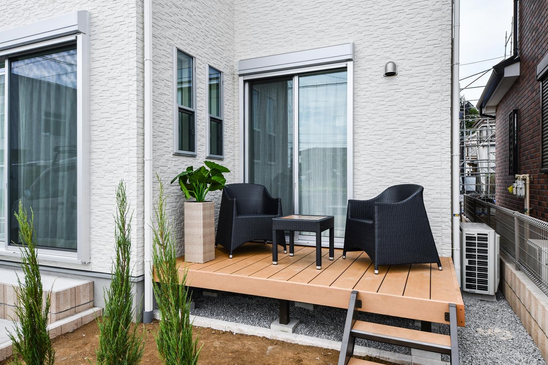 ウッドデッキ/リビングから庭へ、庭からリビングへ「アウトドアリビング」として使える快適な場所。