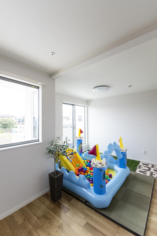 2階洋室/お子様の大きなオモチャを置いても余裕の広々とした空間。将来的に壁を設けて仕切れるので安心♪